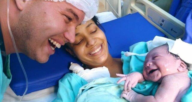 ojciec rozmawiał z córką przez 9 miesięcy, kiedy się urodziła, poznała głos taty