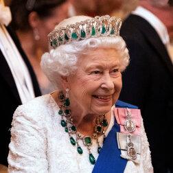 Tiary, broszki, naszyjniki: ulubione ozdoby Elżbiety II