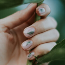 Motywy kwiatowe: efektowne stylizacje paznokci na Dzień Kobiet