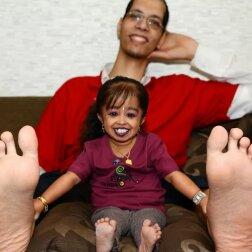Właściciel największej stopy i najmniejsza kobieta na jednym zdjęciu