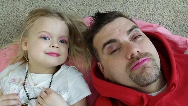 córki, które zrobili makijaż dla swoich tatusiów