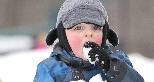 Dzieci jedzą śnieg: śmieszne zdjęcia